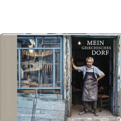 Mein griechisches Dorf. Cover des Bildbandes Bildperlen fotoforum. Mann in seiner Werkstatt in Griechenland. Blaue Fensterrahmen, abblätternde Tür.