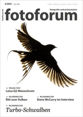 fotoforum Magazin. Fotozeitschrift. Cover Ausgabe 3/2021. Schwalbe auf weißem Hintergrund. Themen: Leica Q2 Monochrom. Ritt zum Vulkan. Steve McCurry im Interview. Turbo-Schwalben.